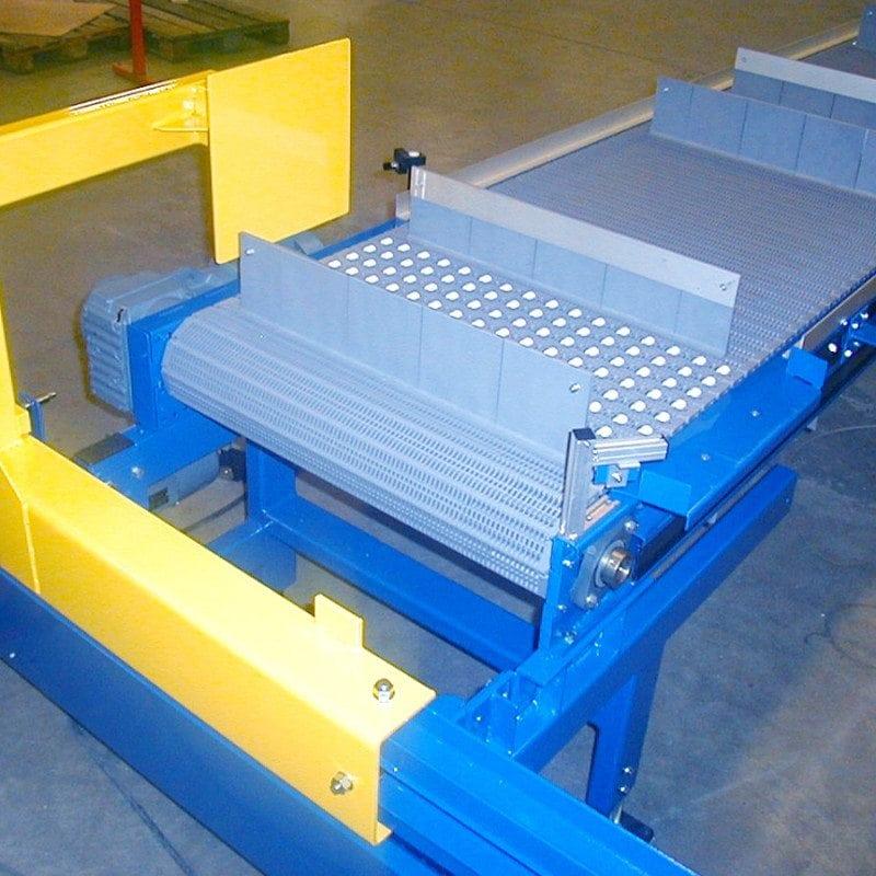 MH Modules PL100 Plastlamelltransportör band med medbringare och rullar för utskjutning med pusher